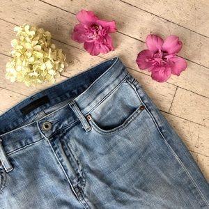 Lightwash slightly distressed boyfriend jeans